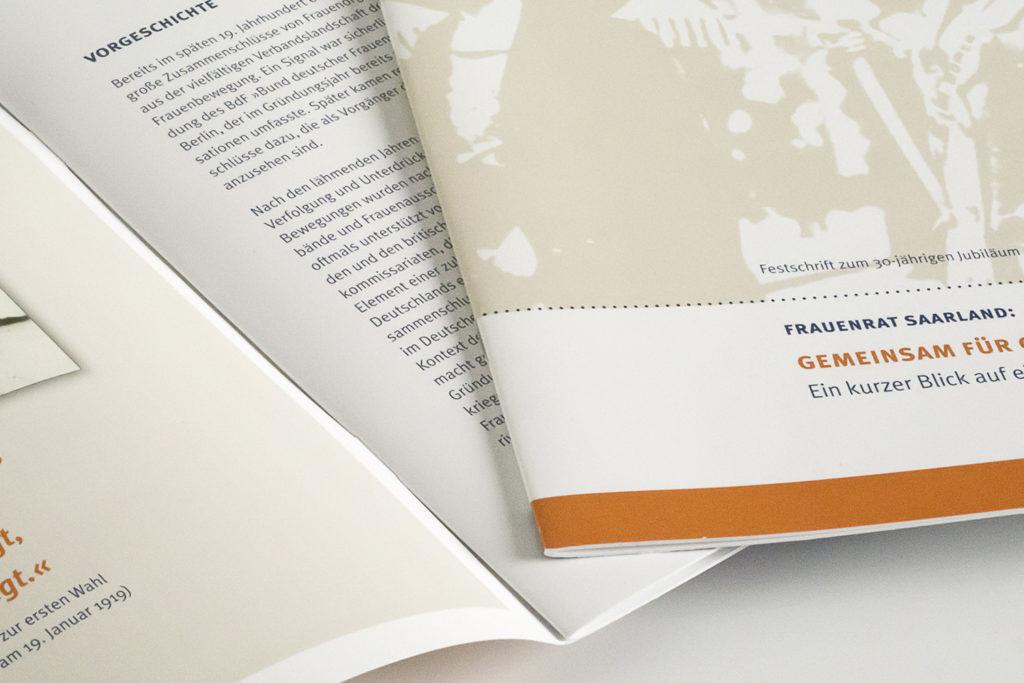 """Grafikdesign Broschüre Frauenrat Saarland zum 30-jährigen Jubiläum 2014: """"Gemeinsam für Gleichberechtigung. Ein kurzer Blick auf eine lange Geschichte"""", 16 Seiten Ausschnitt"""