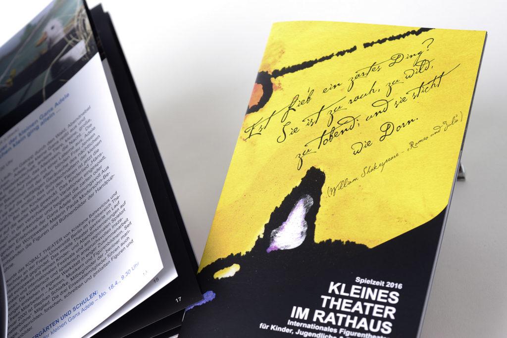 Grafikdesign Broschüre und Plakat Kleines Theater im Rathaus Saarbrücken: Jahresspielplan Spielzeit 2016 (nach CI LH Saarbrücken), 40 Seiten Ausschnitt